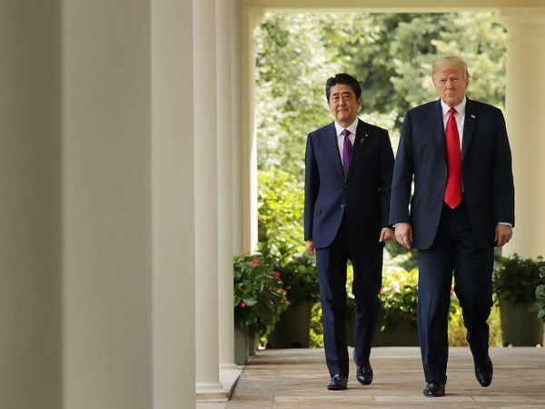 Confia premier japones en que Trump transmite preocupaciones de Tokio en su reunion con Kim hinh anh 1