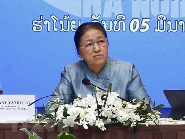 Visita presidenta del Parlamento de Laos sede de importante compania vietnamita hinh anh 1