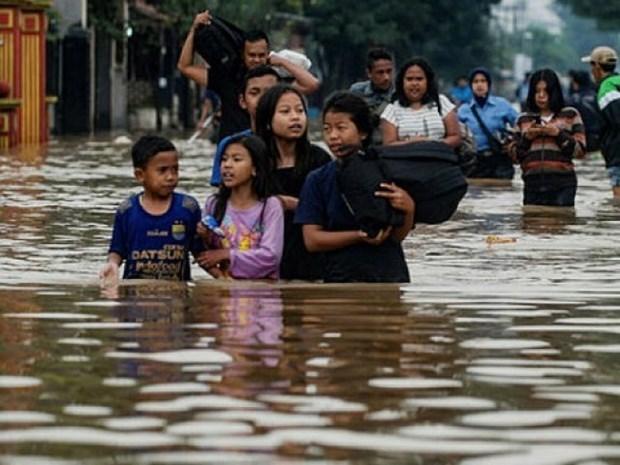 Reportan dos muertos y seis desaparecidos por inundaciones en Indonesia hinh anh 1