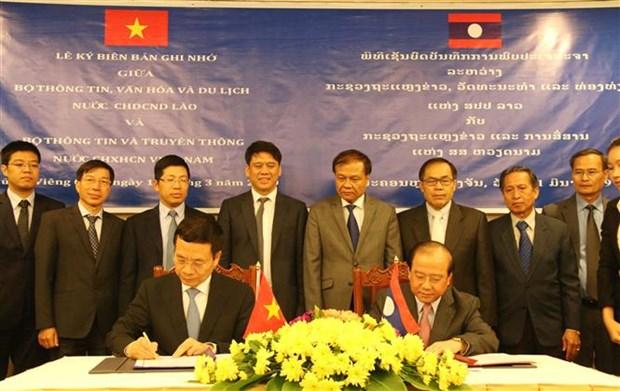 Firman Vietnam y Laos documento de cooperacion en sector informativo hinh anh 1