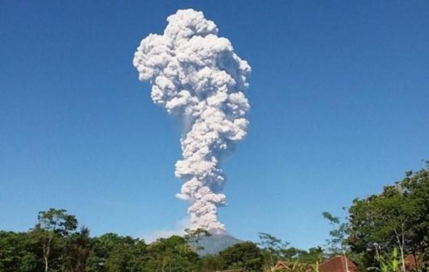 Alertan sobre el peligro que representan tres volcanes activos en Indonesia hinh anh 1