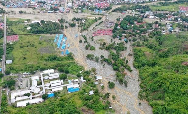 Se eleva a 107 el numero de muertos por deslaves de tierra e inundaciones en Indonesia hinh anh 1
