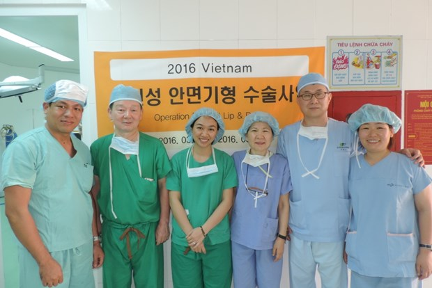 Medicos surcoreanos realizan cirugias gratuitas para ninos vietnamitas con paladar hendido hinh anh 1