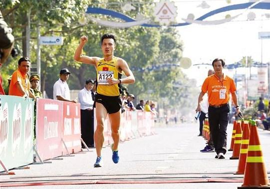 Participan dos mil atletas vietnamitas y extranjeros en Maraton del periodico Tien Phong hinh anh 1