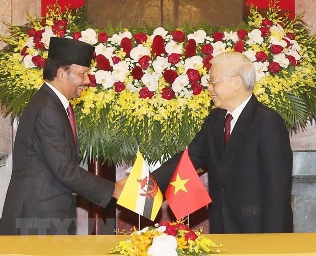 Concluye Sultan de Brunei visita estatal a Vietnam hinh anh 1