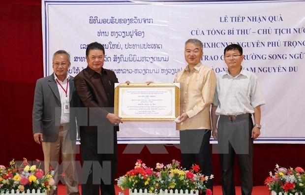 Otorgan regalos del maximo dirigente vietnamita a la escuela Laos-Vietnam en Vientiane hinh anh 1