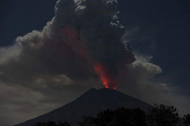 Entra volcan indonesio en erupcion con columna de cenizas de dos mil metros de altura hinh anh 1