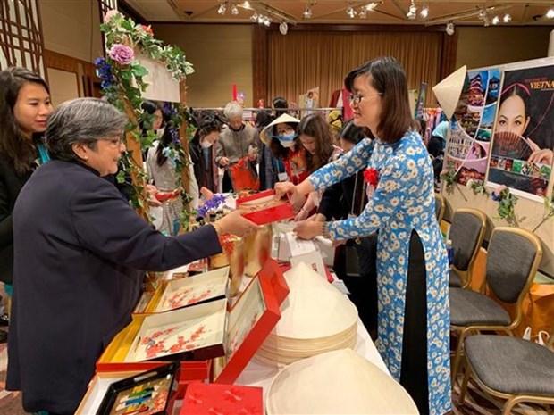 Participan diplomaticas de Vietnam en feria caritativa en Japon hinh anh 1