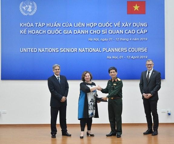Concluye en Vietnam curso de capacitacion para altos funcionarios de mantenimiento de paz hinh anh 1