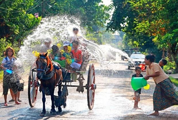 Celebran en Myanmar fiesta Thingyan, preludio del Ano Nuevo hinh anh 1
