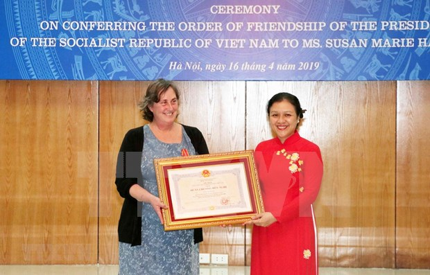 Conceden Orden de Amistad de Vietnam a directora de programa humanitario estadounidense hinh anh 1