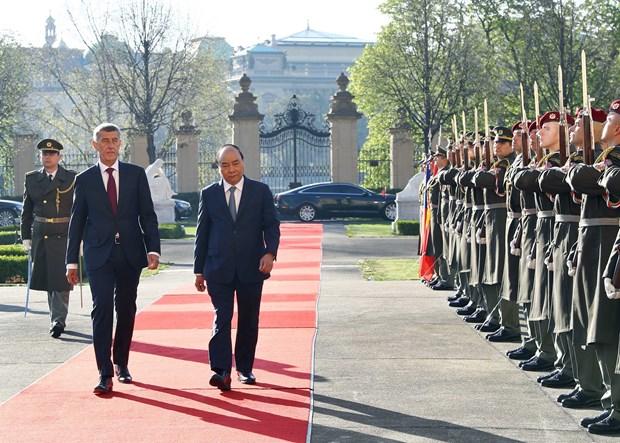 Reciben en Republica Checa con honores al primer ministro de Vietnam hinh anh 1