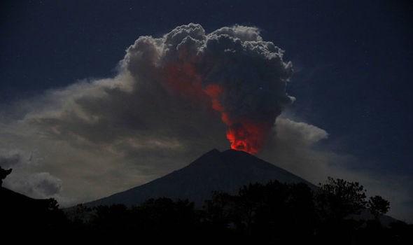 Entra en erupcion volcan Agung en Bali, Indonesia hinh anh 1