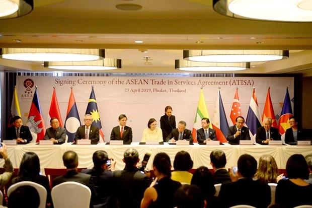 Firman ministros de Economia de ASEAN acuerdos de servicios e inversion hinh anh 1