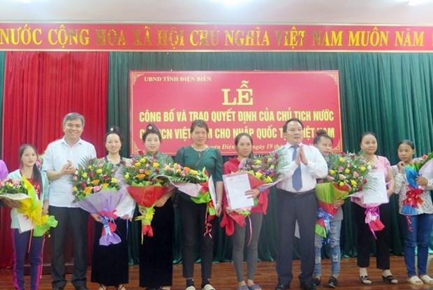 Otorga Vietnam ciudadania a 76 laosianos hinh anh 1
