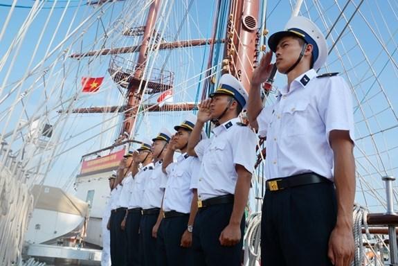 Buque escuela de Armada Popular de Vietnam visita Singapur hinh anh 1