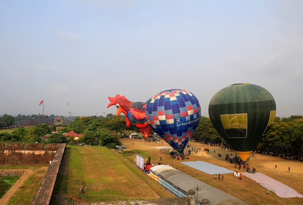 Gozan turistas de oportunidad de contemplar ciudad de Hue desde globos hinh anh 1