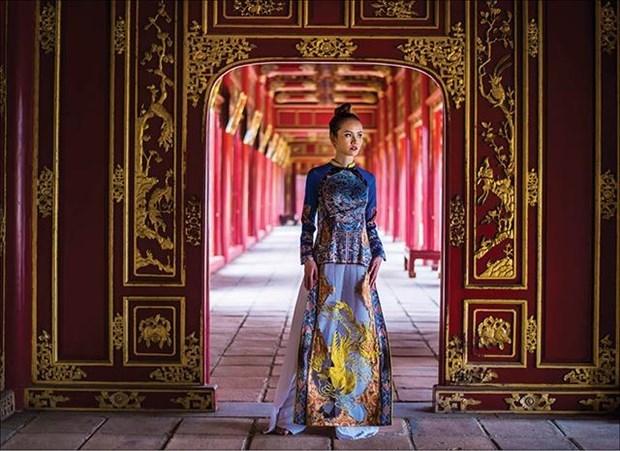 Traje tipico de mujeres vietnamitas hechiza a visitantes al Festival de Oficios Tradicionales de Hue hinh anh 1