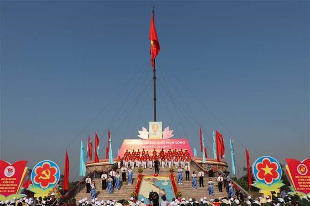 Celebran en provincia vietnamita ceremonia de izamiento de bandera por Dia de Reunificacion Nacional hinh anh 1