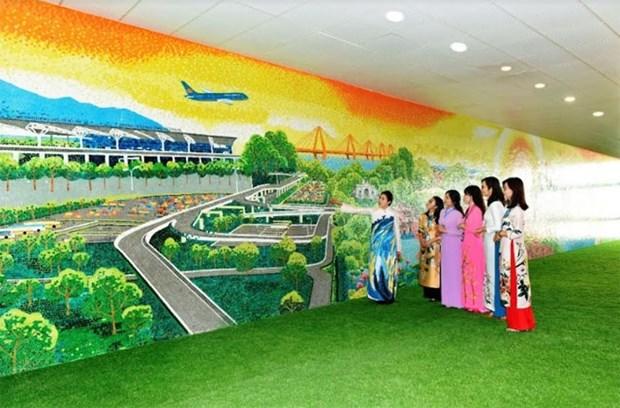 Pintura de ceramica gigantesca embellece aeropuerto de Noi Bai en Hanoi hinh anh 1