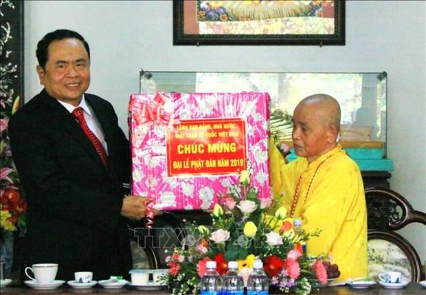 Dirigentes vietnamitas felicitan a monjes y seguidores budistas por cumpleanos de Buda hinh anh 1
