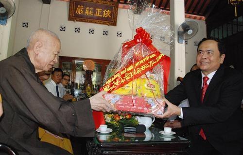 Felicita dirigente vietnamita a budistas por el Dia de Vesak hinh anh 1