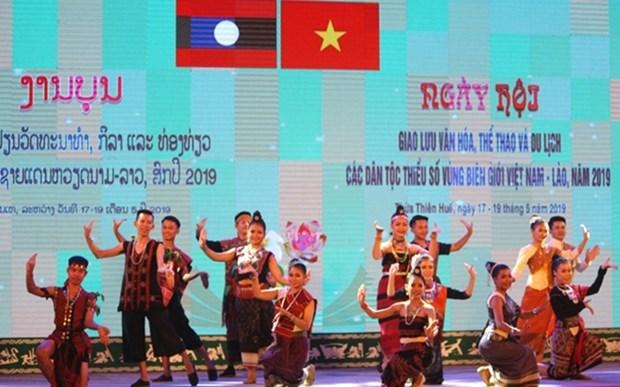 Efectuan intercambio cultural entre minorias etnicas en provincias fronterizas de Vietnam y Laos hinh anh 1