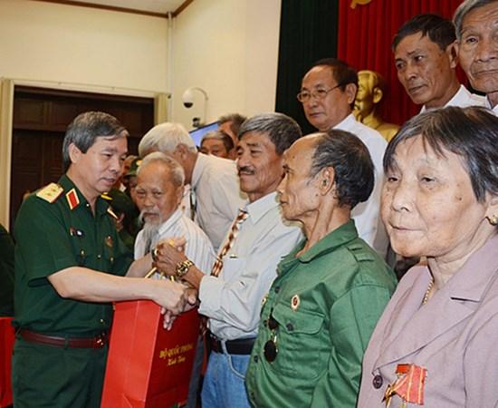 Entregan en Vietnam regalos a personas con meritos revolucionarios hinh anh 1