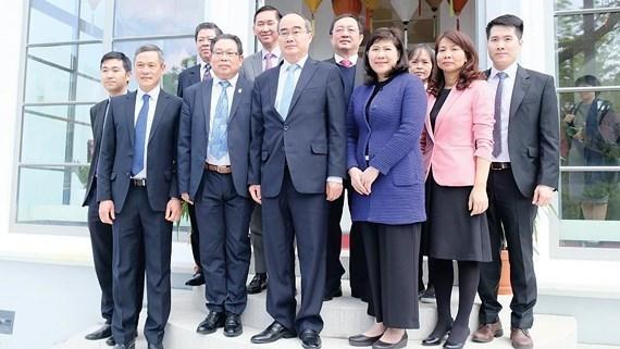 Estudia delegacion vietnamita nuevas tecnologias de Alemania hinh anh 1