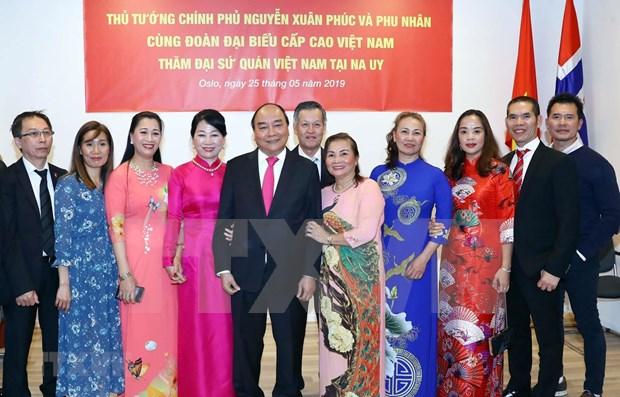Premier de Vietnam promete facilitar negocios de compatriotas residentes en el exterior hinh anh 1