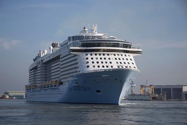 Arriba a puerto de Vietnam uno de los mejores cruceros del mundo, con casi seis mil pasajeros hinh anh 1