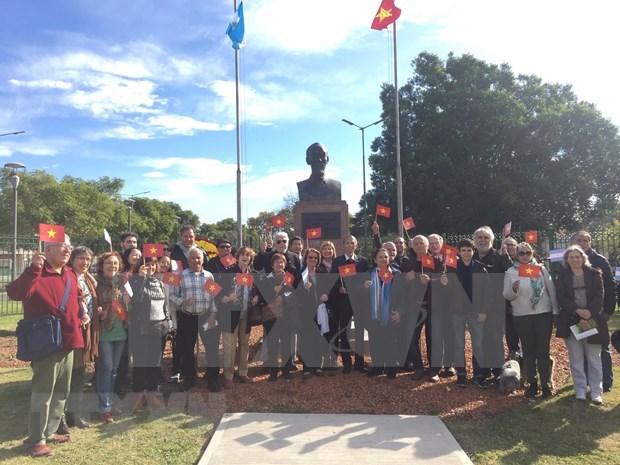 Rinden homenaje en Argentina al Presidente Ho Chi Minh en el 129 aniversario de su natalicio hinh anh 1