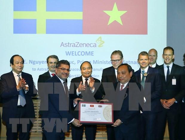 Visita Premier de Vietnam planta de grupo farmaceutico lider de Suecia hinh anh 1