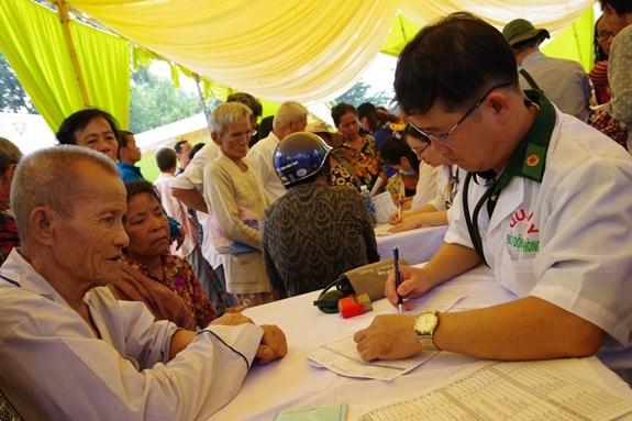 Ofrecen atencion medica a personas pobres en region fronteriza Vietnam-Camboya hinh anh 1