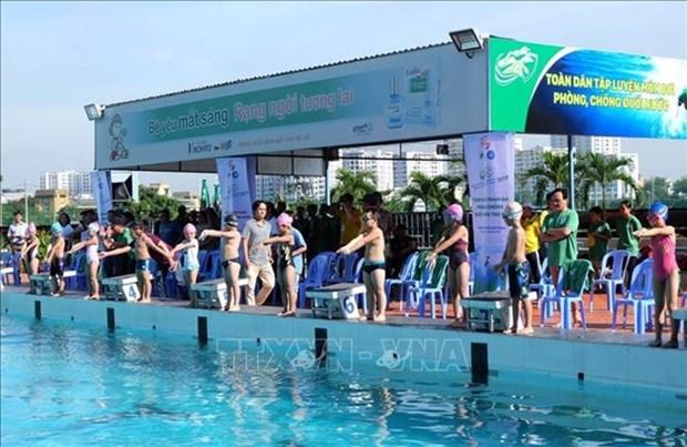 Lanzan en Ciudad Ho Chi Minh campana de natacion contra ahogamientos hinh anh 1