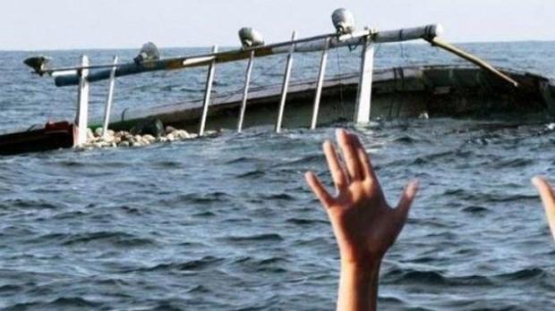Desaparecen 19 personas tras naufragio de barco en Indonesia hinh anh 1
