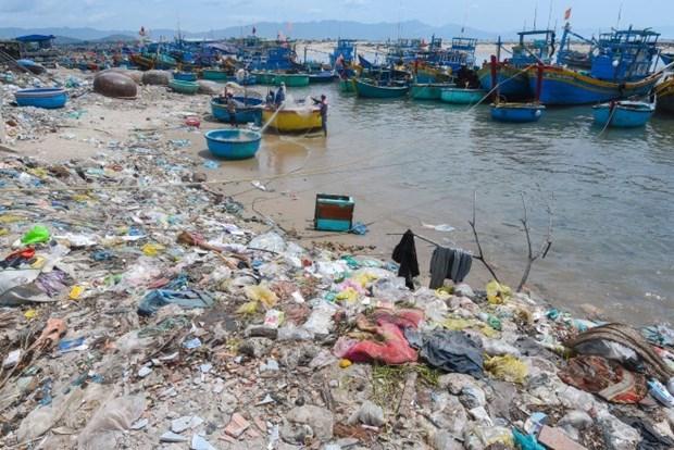 Efectuan en Vietnam exposicion fotografica sobre desechos plasticos hinh anh 1