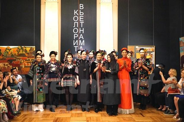Fascina traje tradicional vietnamita al publico ruso hinh anh 2