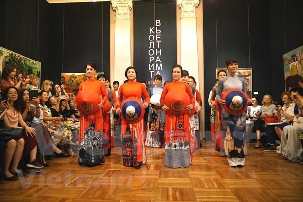 Fascina traje tradicional vietnamita al publico ruso hinh anh 1