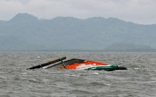 Dos muertos y decenas de desaparecidos tras naufragio de un barco en Indonesia hinh anh 1