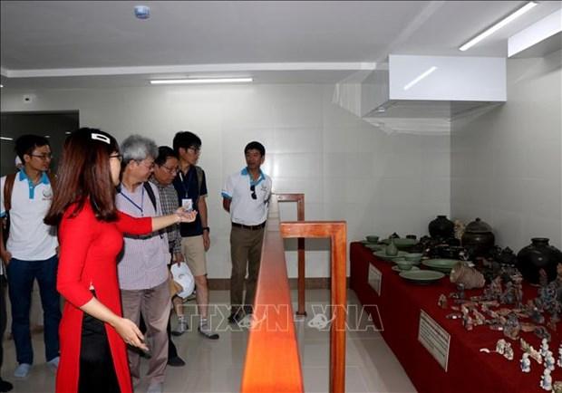 Exponen en Vietnam antiguedades recuperadas de barcos naufragados hinh anh 1