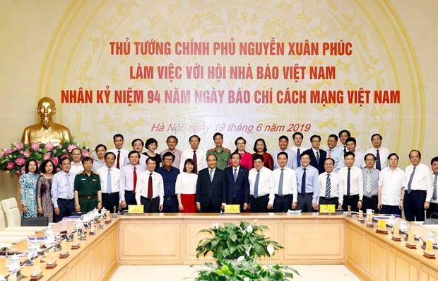Premier vietnamita insta a la prensa a combatir las noticias falsas hinh anh 1