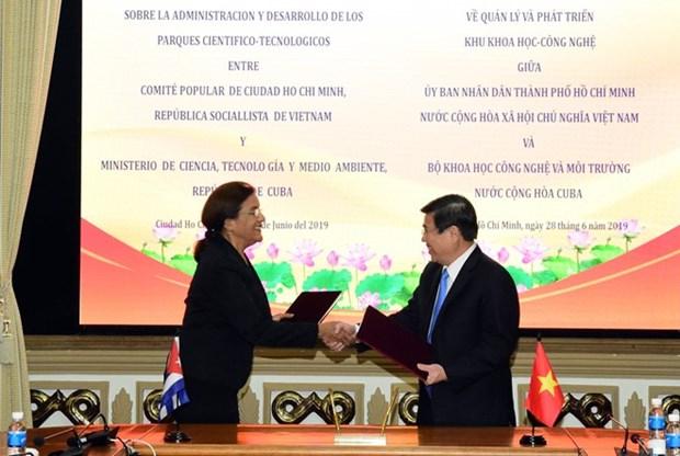 Ciudad vietnamita y Cuba firman memorando de cooperacion en ciencia y tecnologia hinh anh 1