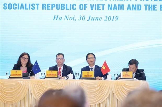 Funcionarios vietnamita y europeo presiden conferencia de prensa sobre la firma del TLC hinh anh 1