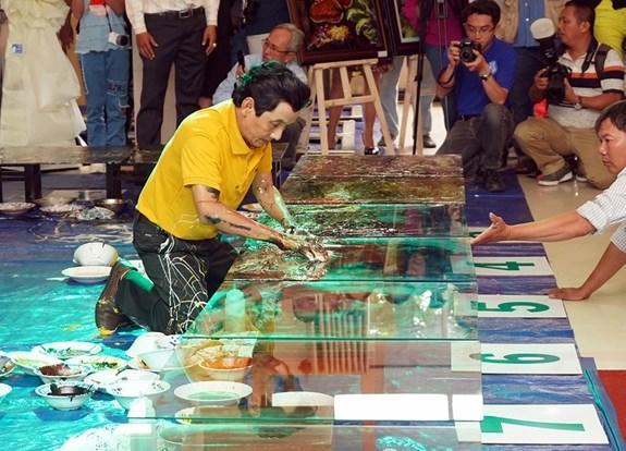 Establece pintor vietnamita record mundial de pinturas en reversa hinh anh 1