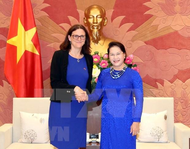 Dirigentes vietnamitas reciben a comisaria de comercio de la UE hinh anh 1