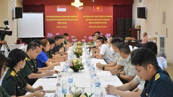 Intercambian experiencias jovenes oficiales de Vietnam y Singapur hinh anh 1