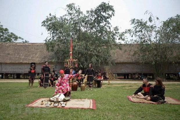 Experimentan el brocado tradicional de Vietnam en la Aldea de Cultura de las etnias minoritarias hinh anh 1