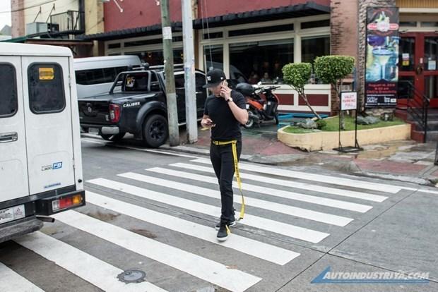 Promueven en ciudad filipina regulacion contra el uso de celulares por los peatones hinh anh 1