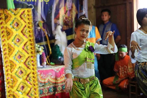 Atractiva Aldea de Cultura y Turismo de las Nacionalidades vietnamitas en Hanoi hinh anh 3